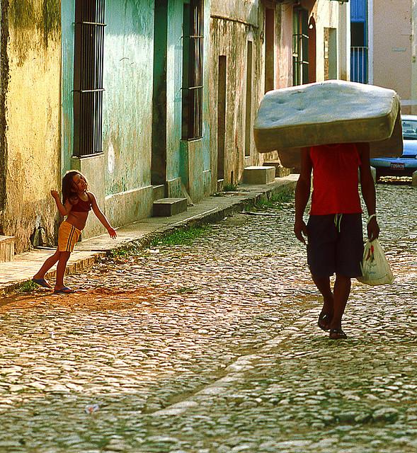 La niña y el colchón en calle Trinidad, Cuba.  Foto y copyright Gianluca Cozzolino